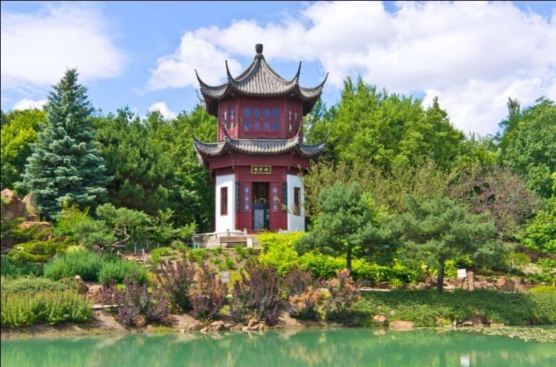 Le parc compte près de 22 000 espèces réparties sur 75 hectares, dont 10 serres, un insectarium avec une collection incroyable, un planétarium, un biodôme et une trentaine de jardins thématiques (par exemple : jardin de Chine, Hacienda, plantes médicinales, Arboretum).Quel est ce jardin botanique dont la réputation est mondiale ?