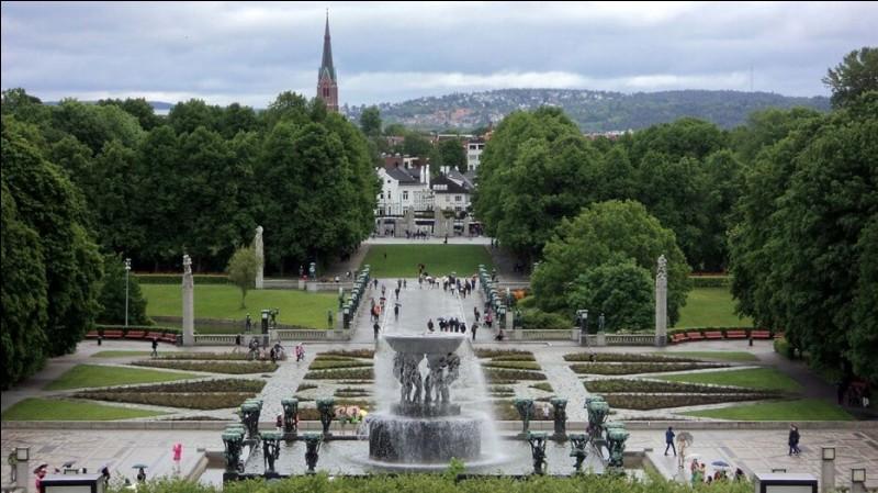 C'est le plus grand parc de sculptures développées par un seul artiste. Il est toujours ouvert au public, soit 24h/24 heures et ceci toute l'année. Imaginez, 320 000 hectares pour se promener. Trouvez le parc dont le créateur a non seulement sculpter toutes les sculptures (200), mais a également dessiné l'architecture du jardin, des ponts, des fontaines et de l'enceinte :