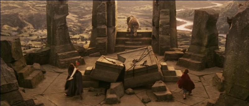 Pourquoi Aslan revit-il après avoir été tué sur la table de pierre ?