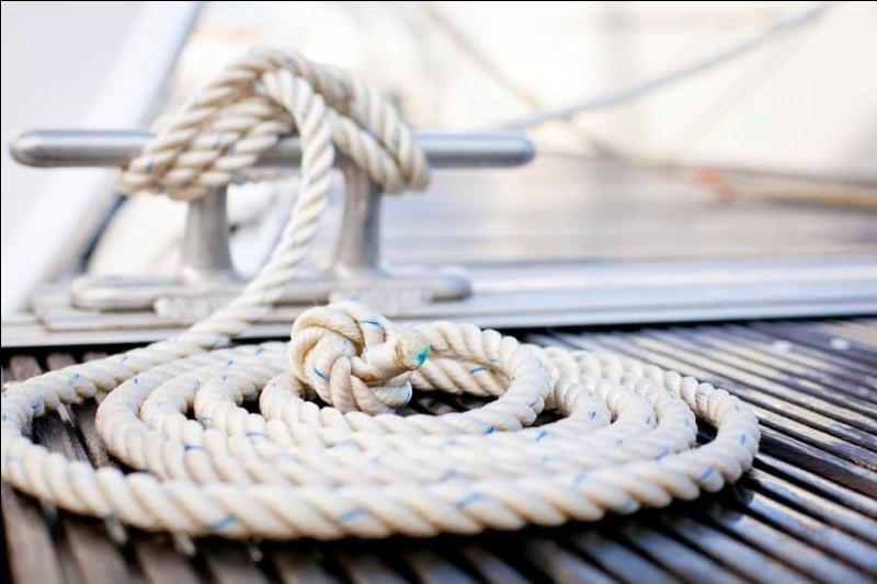 Quelle est l'orthographe du mot désignant un câble ou un cordage servant à relier un navire à un point fixe ?