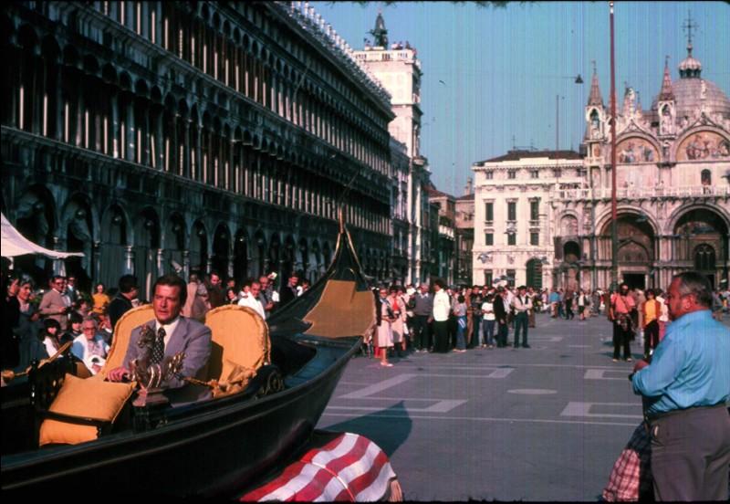 James Bond à Venise en gondole roulant sur la Place Saint Marc, c'est dans quel film de la longue saga ?