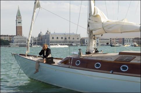 C'est à Venise que mourra l'amour de James Bond, Vesper Lynd, noyée dans le canal... Quel est le titre de ce film de la longue saga... ?