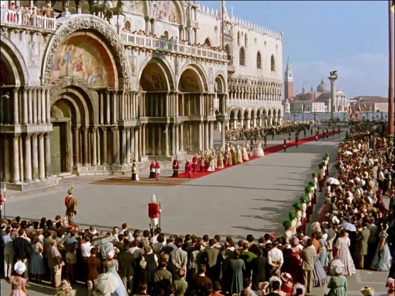 Dans une Venise totalement silencieuse défilent en gondole impériale l'Empereur d'Autriche et son épouse Sissi... jusqu'à ce que la foule délire à la vue d'une enfant courant sur la Place Saint Marc...