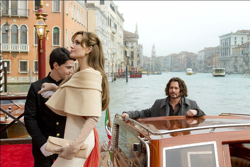 Quand un inconnu dans un train se fait aborder par une inconnue mystérieuse suivant des ordres ambivalents, les deux s'en vont à Venise à l'hôtel Danieli...