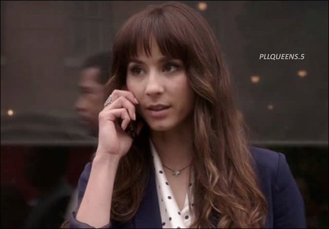 Dans la saison 5 Spencer demande à Ezra une caméra. Qui veut-elle espionner ?