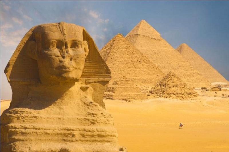 C'est également en Égypte qu'est créé le sphinx, lion à tête humaine. Sa plus célèbre représentation est le Sphinx de Gizeh où se situent trois grandes pyramides égyptiennes. Quelle est la plus grande parmi elles ?
