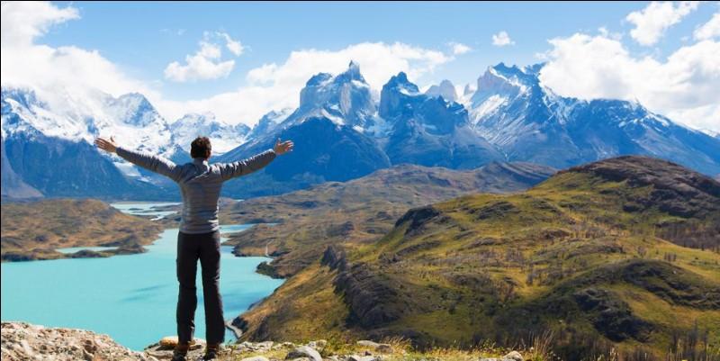 C'est le meilleur de la Patagonie. Sa beauté, comme pour ce lac d'un bleu clair, vous dit de profiter des 84 km. Certains sentiers sont difficiles, mais pas spécialement intimidants. Il n'est pas obligatoire de s'accompagner d'un guide mais certaines auberges sur le parcours offrent des soins haut de gamme et de bons guides. Quel est ce parcours qui est une réserve de la biosphère de l'Unesco ?