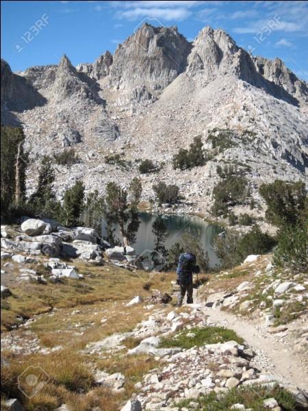 Cette randonnée traverse la Sierra Nevada ce qui en fait la favorite des Américains. Elle va de Yosemite Valley au sommet du Mont Whitney, soit 354 km, dont 260 formaient auparavant la Pacific Crest Trail. Cette sortie s'effectue à l'écart de toute civilisation : vous êtes donc seul, pendant au moins 2 semaines, face à la nature.Quel nom porte ce trek, sentier parmi les plus sauvages du pays ?