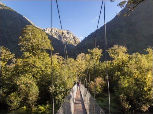 Ce sentier de randonnée est le plus connu du pays. Il fait 53 km et vous fait enjamber des ponts suspendus, des passerelles en bois et un col de montagne. Guidé, cela prend 5 jours et 4 nuits mais des randonneurs vont plus vite. On y offre 3 hébergements publics et 3 privés.Quel est cet endroit où sur vous retrouverez des lacs cristallins, des pics montagneux et une vue magistrale sur la vallée ?