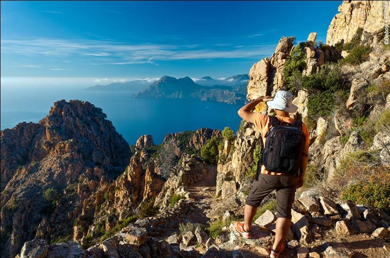 Elle s'est imposée comme la référence pour les grandes randonnées en Europe. Sa longueur est de 200km avec un dénivelé cumulé de 17 000 m. Elle s'adresse à des randonneurs expérimentés et on peut l'attaquer par portions.Nommez cette excursion pleine de beautés comme des forêts, des cratères, des lacs glaciaires, des tourbières et des sommets enneigés.Merci d'avoir voyagé avec moi.
