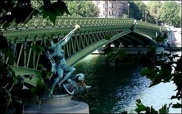 Terminez ce vers d'Apollinaire : 'Sous le pont Mirabeau ... '