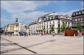 Dans quelle ville peut-on se balader sur la Place de Jaude ?