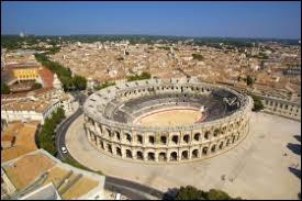 De quel département la ville de Nîmes est-elle la préfecture ?