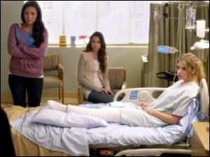Pourquoi Hanna a-t-elle un plâtre sur cette photo ?