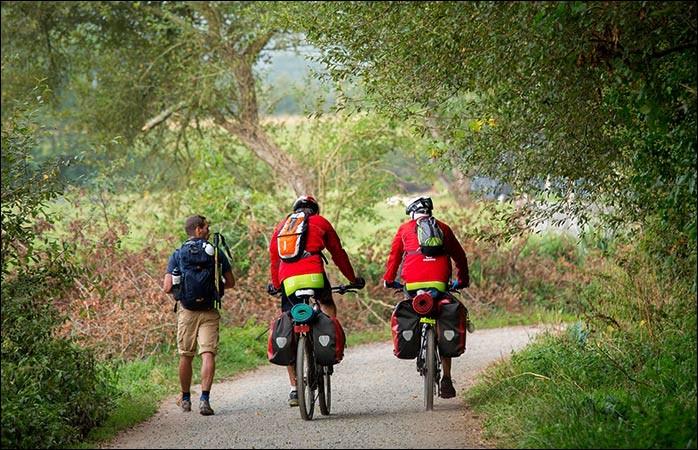 Il s'agit d'une approche différente mais tout autant authentique. Les cyclistes roulent en amenant avec eux leur symbole du pèlerin. Précieusement, ils apportent leur gourde au sac et leur coquille. On suit les 31 étapes, bien équilibrées, du Camino Frances sur 800 km : c'est l'un des plus bel itinéraire à vélo de toute l'Europe.Quel est ce mythique chemin où 10% des pèlerins sont cyclistes ?
