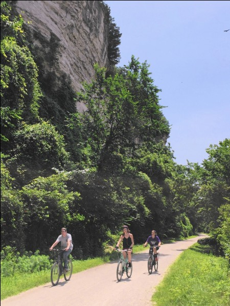 Elle fait presque toute la largeur de l'État (386 km) : c'est une piste récréationnelle, ouverte à l'année. Les chaises roulantes y ont accès et même l'équitation se fait sur un segment. On roule plus de la moitié dans les pas de l'expédition de Lewis et Clark : le sentier est plat ayant été un chemin de fer.Quelle est cette piste faisant partie de l'American Discovery Trail ?