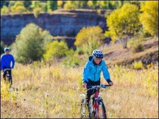 Un réseau de 480 km parmi 70 pistes où les collines dominent. Il y a celle de 90 km qui longe le fleuve Klarälven. Ce sont des routes de campagne avec des lacs. des forêts, des maisons en bois rouge et des prairies. Les pistes sont multifonctionnelles. Trouvez l'endroit où, lorsque l'on croise des randonneurs ou des animaux, domestiques ou non, on doit se mettre à côté du vélo ?