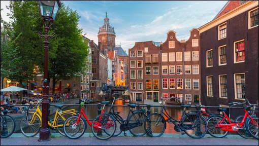Cette ville offre 400 km de belles pistes. Le Plat Pays, lui, plus de 33 000 km. Presque tous les habitants possèdent un vélo. À les voir, on dirait qu'ils sont nés dessus et ils n'ont pas de casque. Mais les sentiers sont très fréquentés alors il faut être aussi prudent qu'avec un volant. Devant la gare, il y a plein de cyclistes.Quelle est cette ville au demi million de cyclistes quotidiens ?