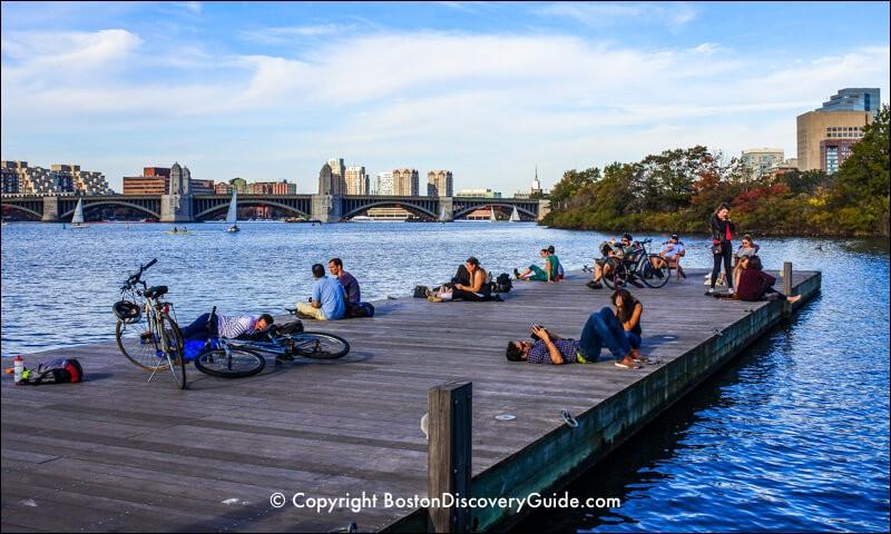 En cyclotourisme, les pauses font partie des sorties. La capitale de la Nouvelle-Angleterre offre un beau circuit d'une vingtaine de km pour longer cette rivière : c'est une piste urbaine et il faut s'attendre à croiser d'autres randonneurs. Il faut absolument arrêter à North Point Park pour la vue.Quel est l'endroit où l'on peut compléter sa journée en faisant du kayak au Christian Herter Park ?