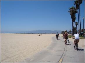 Comme vous voyez, on a d'un côté, une vaste plage donnant sur le Pacifique, de l'autre, entre les palmiers, des cafés et des petits commerçants : 4,5 km de pur plaisir. On y loue également des tandems et des vélos avec sièges pour enfants.Quelle est cette route où l'on trouve la jetée étant l'une des attractions les plus importantes de la région de Los Angeles ?