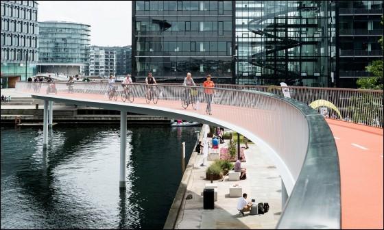 N'est-ce pas surréaliste, une ville équipée de 350 km de pistes cyclables surélevées ? C'est que la ville est, ni plus ni moins, construite pour les cyclistes et 1/3 vont au travail en vélo. Il y aurait une demi-douzaine de ponts cyclistes en construction.Pourquoi ? pour économiser dans la santé ou les retards au travail.Quelle est cette ville phare pour son environnement et ses habitants ?