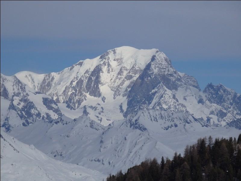 Comment s'appelle le plus haut sommet des Alpes, situé entre la France et l'Italie ?