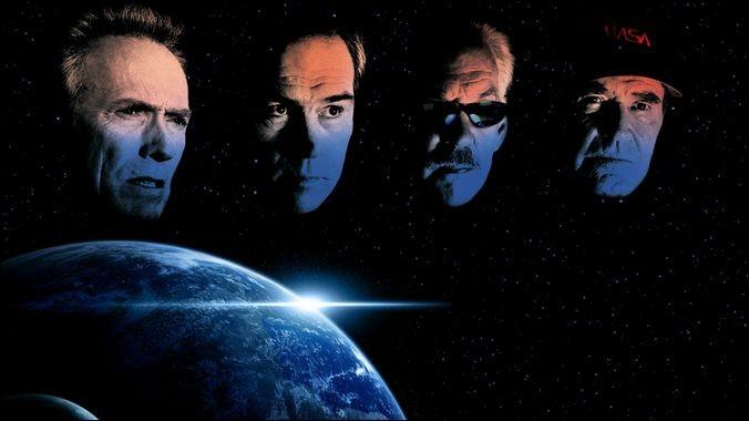 """Cinéma > Dans ce film (2000) de C. Eastwood, 4 vieux schnoks retraités prennent la place de jeunes astronautes pour une mission spéciale. Qui joue le rôle du """"playboy"""" et où est-il sur la photo ?"""