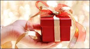 Tom ... soufflé ses bougies et il commence à ouvrir le cadeau.