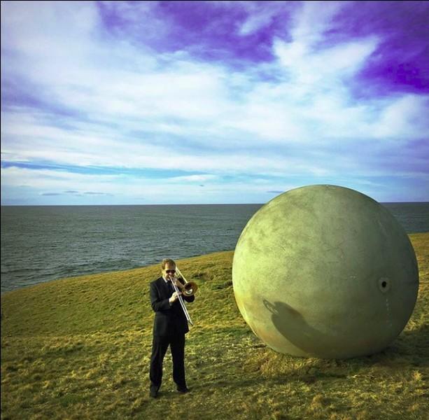 Spectacle quelque peu insolite, n'est-ce pas ? Mais que fait ou que représente cette boule de plusieurs tonnes, en plein champs ?