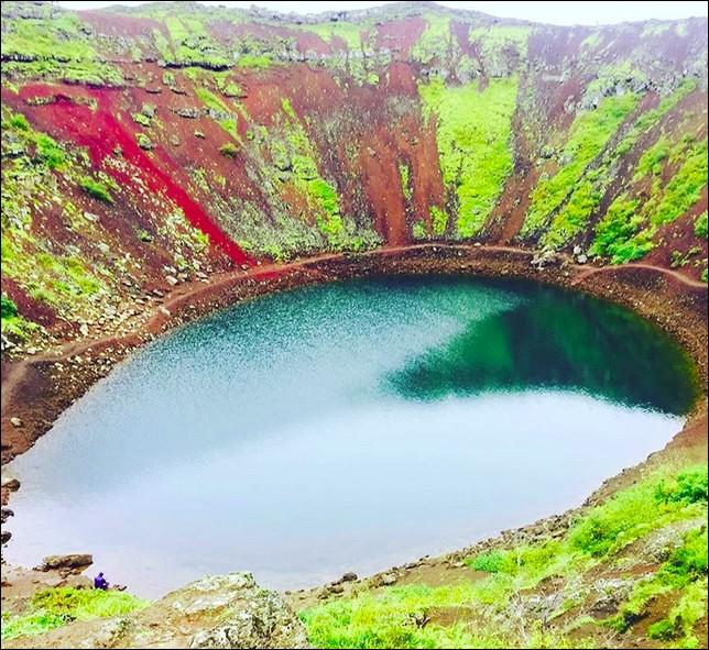 Paysage naturel étonnant, le cratère du Kerið et son lac. Quel âge a-t-il ?