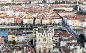 Lyon est une ville d'Auvergne-Rhône-Alpes, préfecture du département de la Loire.