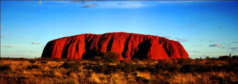 Quel est ce monolithe de légende aborigène d'Australie qui proviendrait du jeu de deux enfants mythiques dans la boue ?