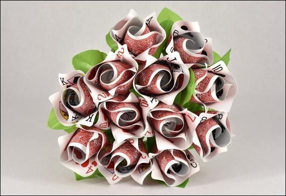Bouquet fait en cartes à jouer > Quasiment au même prix que le précédent, mais fabriqué à la main en/aux ... (Choisissez !)