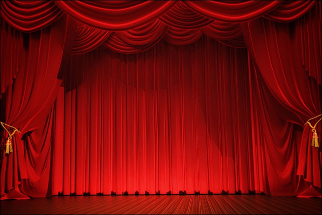Combien de coups sont frappés sur le plancher de la scène, juste avant le début d'une représentation théâtrale ?