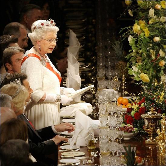 Parmi les choses de base, il faut savoir quoi faire lorsque, dans une assemblée, Elisabeth II se lève. Quoi donc ?