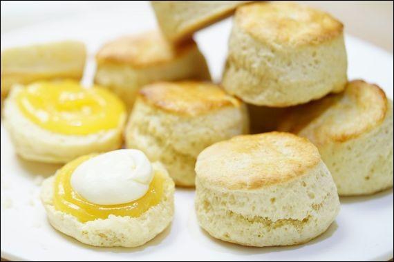 « Scone » > C'est un petit gâteau royal qui accompagne le thé, même si la reine ne les aime pas, paraît-il. Ils vous arrivent avec de la confiote et de la crème. Que faire ?