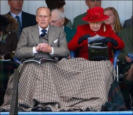 Et que se passe-t-il lorsque la reine met son sac à main sur son bras droit ? Qu'est-ce que cela signifie exactement ?
