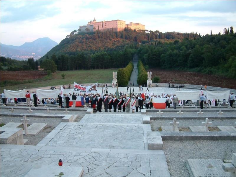 Quel est le nom de la colline rocheuse italienne sur laquelle un monastère fut complètement détruit par les bombes Alliées ?