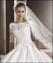 Que tient la mariée dans ses mains lors de la cérémonie ?