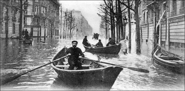 En ce début d'année 1910, on navigue en barques dans les rues de cette capitale, conséquence des pluies diluviennes qui se sont abattues sur le pays. Où sommes-nous ?