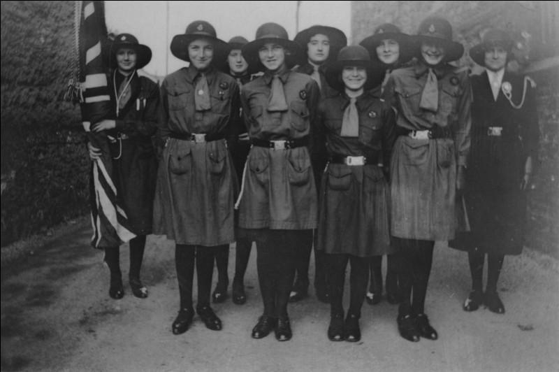Trois ans après la naissance du mouvement scout, Robert Baden-Powell et sa sœur Agnès fondent une nouvelle organisation, destinée aux jeunes filles. Quel est son nom ?