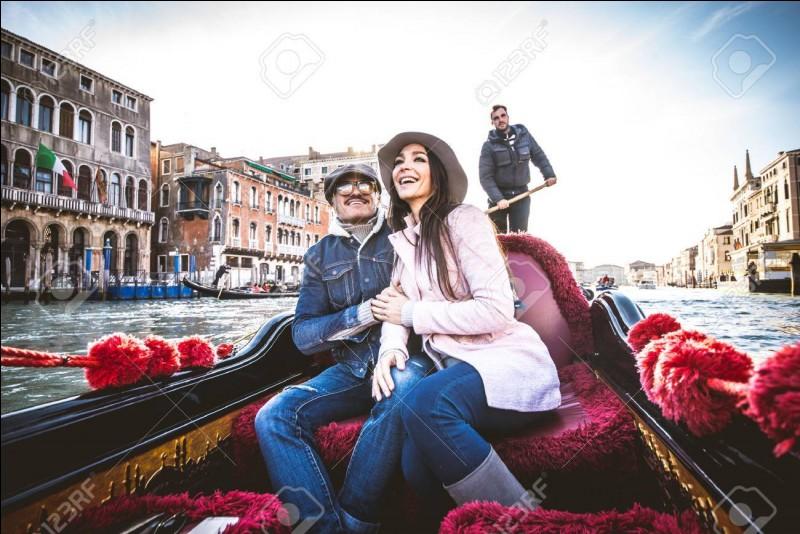 """""""Vacances à Venise"""" réunit à l'écran un bel antiquaire italien joué par Rossano Brazzi, et une touriste américaine célibataire interprétée par :"""