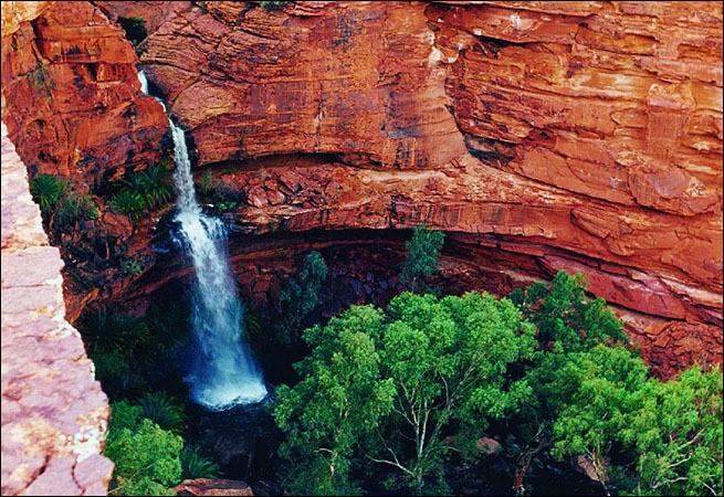 Ici dans ce ''Garden of Eden'', les roches de grès orangées contrastent avec l'immensité du désert. Une rivière y coule formant un jardin luxuriant. Les Luritja, tribu aborigène, habitent cette région de Watarrka, depuis 20 000 ans. Le tourisme y est attiré par la végétation humide, verte, et abondante.Trouvez cet endroit qui ne fut connu des Australiens qu'en 1872, découvert par Ernest Giles ?
