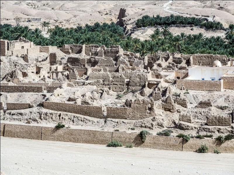 C'est une oasis de montagne à 70 km de Tozeur. Il fut un site assurant les frontières de l'Empire romain. Difficile de ne pas voir les ruines d'une partie du village abandonné en 1969, suite aux inondations. Quand même, la vie s'accroche et on développe le tourisme.Quelle est cette oasis où dans certaines maisons du village, on retrouve certains objets du quotidien fait de matériaux antiques ?