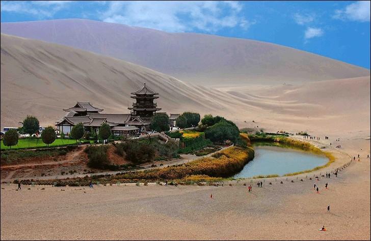 Cette oasis, site du patrimoine mondial, est l'un des grands sanctuaires du bouddhisme ; avec ce lac en demi-lune, on dirait un château en plein désert de Gobi. Des mesures ont été prise en 1960 et l'eau n'a cessé de régresser : en 2006, le niveau était critique et les autorités ont décidé d'aider.Quelle est cette oasis qu'on nomme ''Yueyaquan'' ?Merci de ce voyage et prenons soin de la Terre.