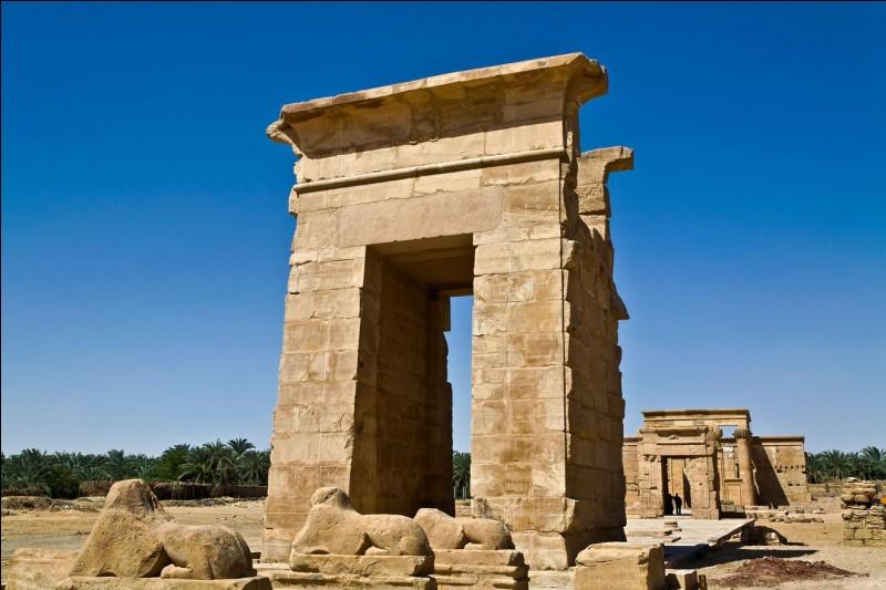 L'oasis est à 150 km de Louxor. Elle était jadis une halte pour les caravanes qui se rendaient au Soudan : les temps ont bien changé, on y voyait alors des défenses d'éléphants, des cornes de rhinocéros et des esclaves.Quel est cet endroit où l'ont peut visiter de beaux monuments antiques et voir des masques, des statues et des vases, surtout d'époque romaine ?