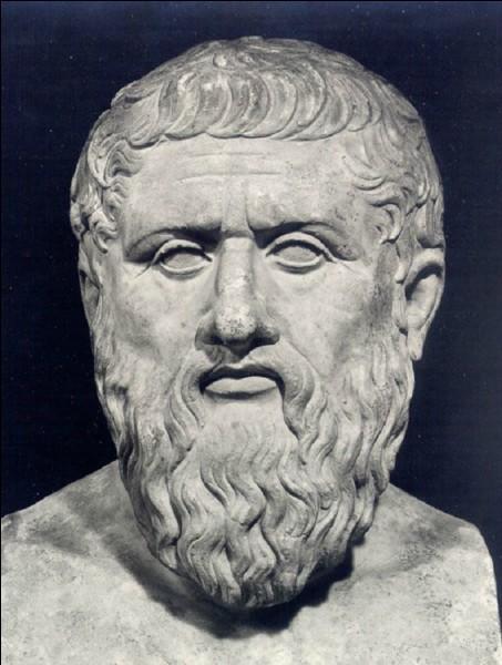 À quel philosophe grec renvoie la notion d'amour qui exclut les relations charnelles ?