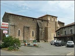 Nous commençons notre balade devant l'église-prieuré de Chabrac. Commune en Charente limousine, elle se situe en région ...