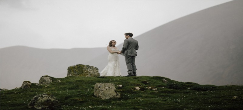 Que doit faire la future mariée écossaise alors qu'elle est recouverte de poissons pourris, de plumes, de farine et autres jolies choses ? Parfois le futur est aussi de la partie !