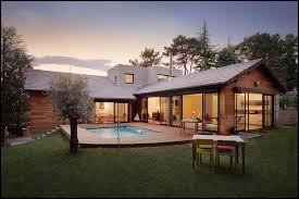 Il ... une très belle maison.